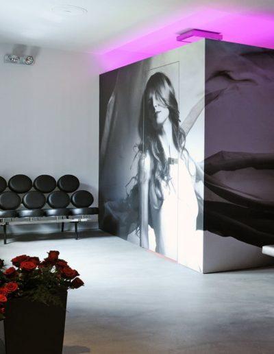 11-1 Format Design, salon fryzjerski, fototapeta, solarium, kolarium, myjka do włosów, kinkiet, projekt oświetlenia