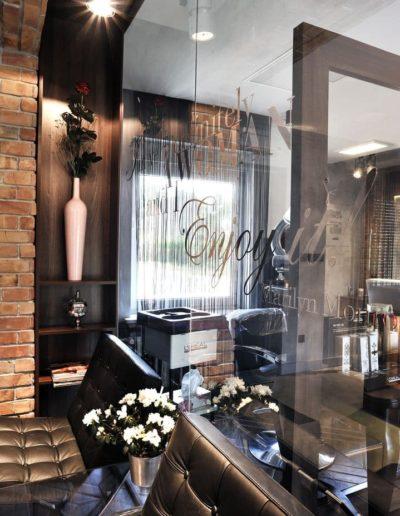 11-3 Format Design, projekt salonu fryzjerskiego, lampki sufitowe, ścianka ze szkła, nadruk na szkle, fotele, poczekalnia, projekt oświetlenia