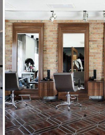 11-4 Format Design, projekt salonu fryzjerskiego, płytki z cegły, recepcja, fotele fryzjerskie, lustra, aranżacja świetlna