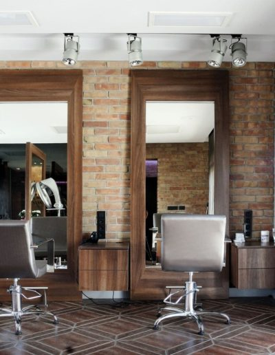 11-5 Format Design, projekt salonu fryzjerskiego, płytki z cegły, zasłony, fotele, lustro, projekt oświetlenia, stanowisko fryzjerskie