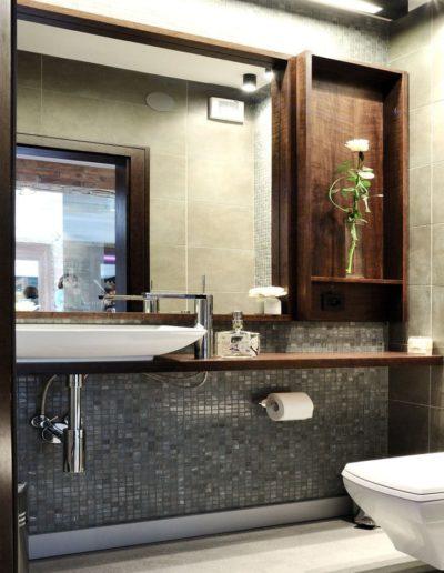 11-7 Format Design, projekt aranżacji salonu fryzjerskiego, toaleta, wc podwieszane, umywalka, bateria łazienkowa, mozaika