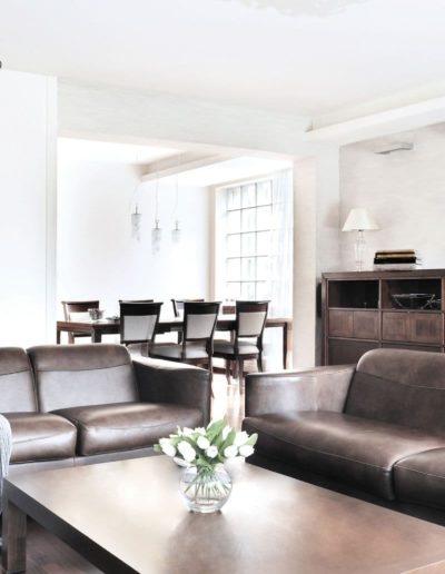 12-1 Format Design, projekt domu jednorodzinnego, projekt salonu, wypoczynek, lama wisząca, jadalnia, kinkiet, ława, komoda