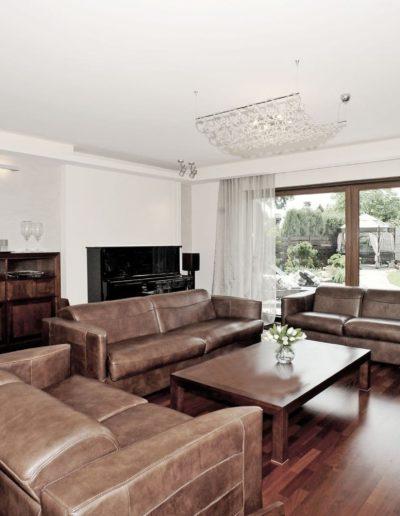 12-2 Format Design, projekt domu jednorodzinnego, salon, wypoczynek, lama wisząca,aranżacja okna, sufit podwieszany