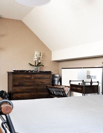 12-7 Format Design, projekt domu jednorodzinnego, projekt sypialni, sypialnia, łóżko, aranżacja oświetlenia, lampki nocne, podłoga drewniana