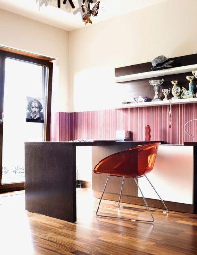 12-8 Format Design, projekt domu jednorodzinnego, projekt pokoju dziecięcego, fotele, biurko, lampa wisząca, aranżacja okien