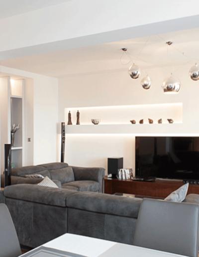 13-1 Format Design, projekt apartamentu, mieszkanie, podłoga dębowa, wypoczynek, lampa wisząca, projekt stropuzabudowa LED