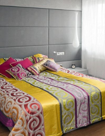 13-10 Format Design, projekt mieszkania, projekt sypialni, sypialnia, łóżko, lampy wiszące, szafki nocne, aranżacja okien, firany, podłoga drewniana,