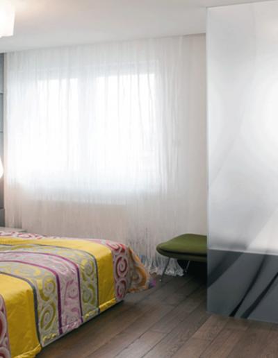 13-11 Format Design, projekt mieszkania, projekt sypialni, sypialnia,sypialnia z łazienką, wanna, wanna zabudowana, szyba z grafiką