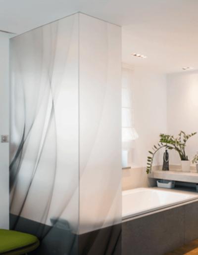 13-12 Format Design, projekt mieszkania, projekt łazienki, łazienka, wanna, umywalka wpuszczane, lustro podświetlane, bateria umywalkowa, podłoga drewniana