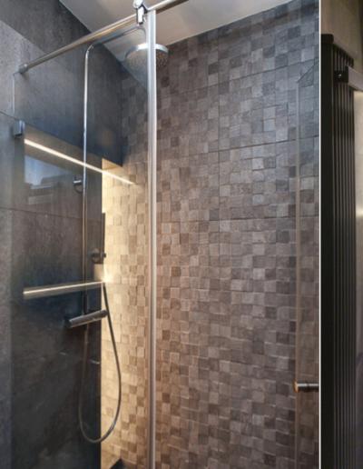13-14 Format Design, projekt mieszkania, projekt łazienki, łazienka, umywalka stojąca, bateria podtynkowa, lustro, kabina prysznicowa, płytki, mozaika