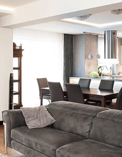 13-2 Format Design, projekt apartamentu, projekt salonu, kuchnia, wypoczynek, wyspa kuchenna, hoker kuchenny, aranżacja okien