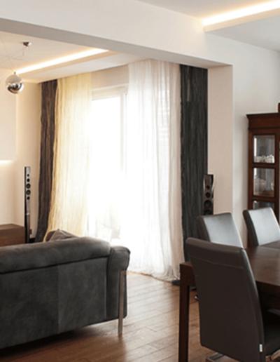 13-3 Format Design, projekt apartamentu, projekt salonu, stół, wypoczynek, zabudowa stropowa, dekoracja okien