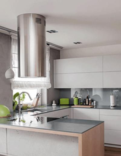 13-5 Format Design, projekt mieszkania, projekt kuchni, kuchnia, lampy wiszące, wyspa kuchenna, lampy wpuszczane, aranżacja okien