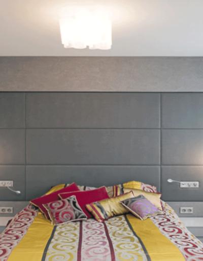 13-9 Format Design, projekt mieszkania, projekt sypialni, sypialnia, łóżko, lampy wiszące, szafki nocne, lampki nocne