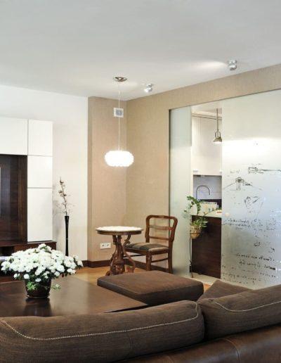 16-2 Format Design, architektura wnętrz, projekt domu w Poznaniu, salon, szklane drzwi przesuwne, , wypoczynek, zabudowa szafy, podłoga drewniana