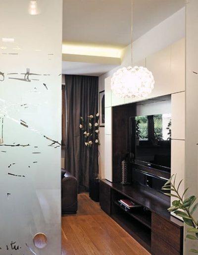 16-4 Format Design, projektowanie wnętrz Poznań, projekt domu, salon, lampa wisząca, drzwi przesuwne, szklane drzwi z grafiką