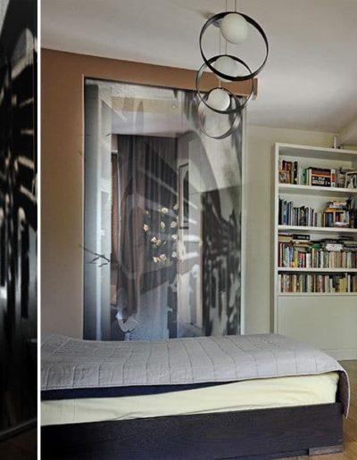 16-6 Format Design, projektantka wnętrz w Poznaniu, projekt domu, sypialnia, łóżko, podłoga dębowa, lampa wisząca, grafika na szkle,