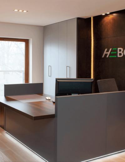 17-1 Format Design, architekt wnętrz Poznań, projekt biura w Poznaniu, recepcja, zabudowa z drzwiami, lada recepcji, projekt oświetlenia