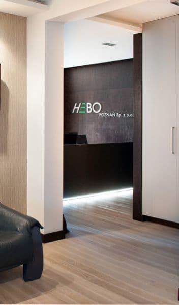 17-2 Format Design, projektant wnętrz w Poznaniu, projekt biura Poznań, recepcja, zabudowa z drzwiami, lada podświetlana, projekt oświetlenia