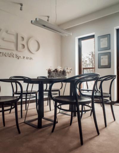 17-3 Format Design, architektura wnętrz w Poznaniu, projekt biura Poznań, sala konferencyjna, lampa wisząca, stół, krzesła,