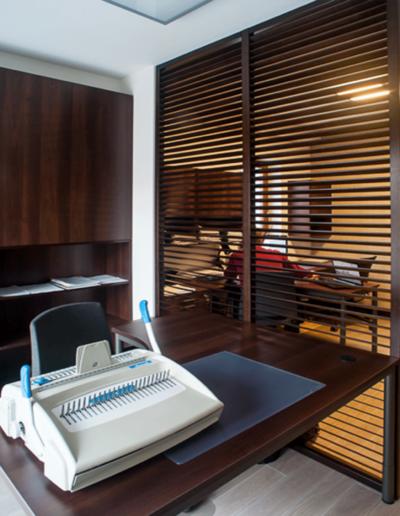17-7 Format Design, projektant wnętrz Poznań, projekt biura w Poznaniu, stanowiska pracy, ścianki ażurowe, podłoga drewniana