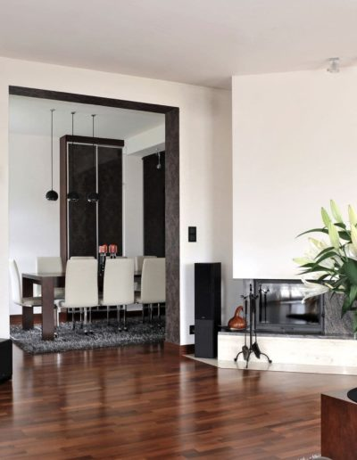18-1 Format Design, projektant wnętrz Poznań, projekt domu w Poznaniu, salon, lampa wisząca, stół, sofa, podłoga drewniana