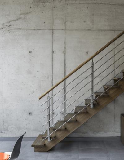 1-1-Format-Design-projekt-przestrzeni-biurowej-w-Poznaniu-schody-na-tle-betonowej-ściany