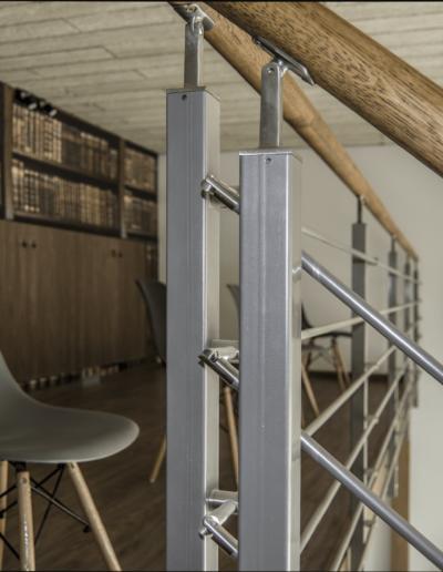 1-10-Format-Design-projekt-sklepu-Poznań-antresola-bliski-widok-poręczy-schodów-lampy-sufitowe