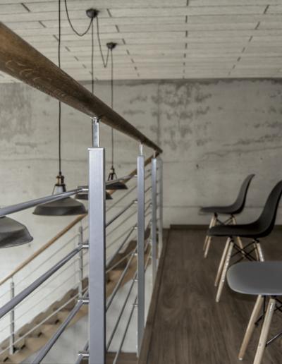 1-12-Format-Design-projekt-przestrzeni-biurowej-Poznań-antresola-drewniana-poręcz-schodów-metalowa-balustrada