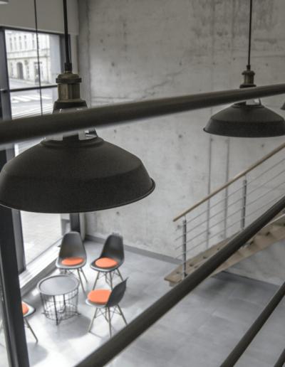 1-13-Format-Design-projekt-biura-w-Poznaniu-widok-z-antresoli-balustrada-metalowa-betonowa-ściana