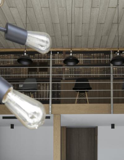 1-14-Format-Design-projekt-przestrzeni-biurowej-coworking-antresola-drewniana-poręcz-schodów-metalowa-balustrada-tapeta-szafy