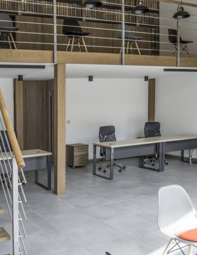 1-4-Format-Design-projekt-przestrzeni-biurowej-w-Poznaniu-antresola-schody-biurka-pod-antresolą