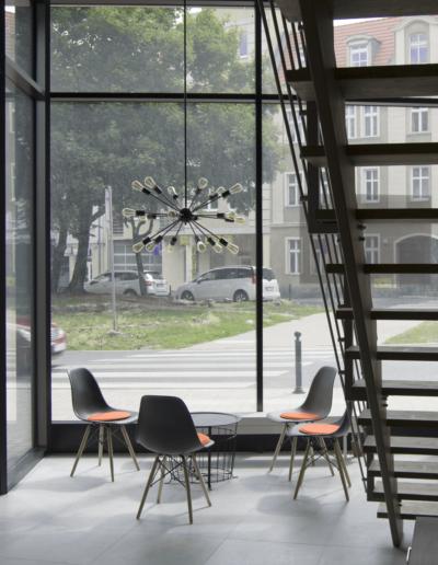 1-5-Format-Design-projekt-przestrzeni-biurowej-widok-foteli-i-ławy-widok-na-ulicę