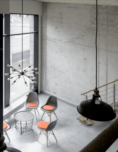 1-6-Format-Design-projekt-przestrzeni-biurowej-coworking-widok-z-antresoli