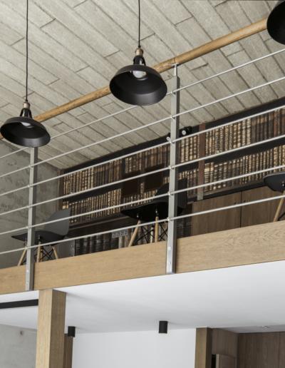 1-7-Format-Design-projekt-przestrzeni-biurowej-Poznań-widok-antresoli-z-dołu-lampy-sufitowe