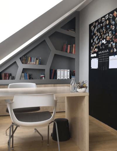 10-2-Format-Design-projekt-pokoju-dziecięcego-biurko-krzesła-tablica-magnetyczna-regał