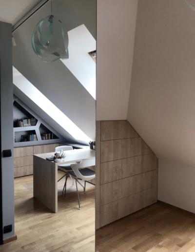 10-3-Format-Design-projekt-pokoju-dla-dziewczynki-lustro-zabudowa-szuflady-podłoga-drewniana