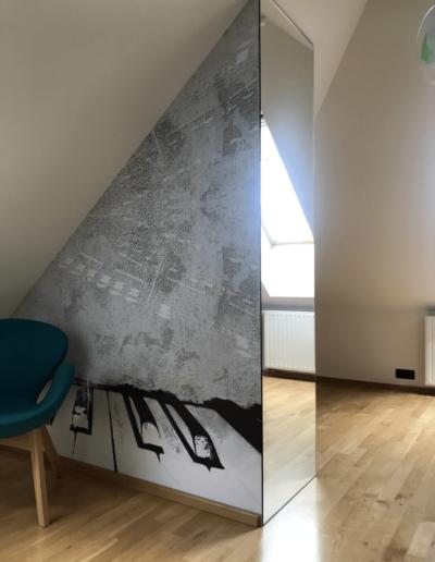 10-4-Format-Design-projekt-pokoju-dziecięcego-fotel-fototapeta-lustro-lampa-wisząca-podłoga-z-drewna