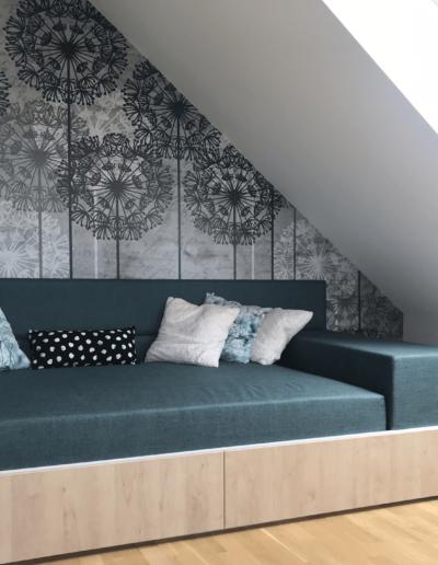 10-6-Format-Design-projekt-pokoju-dziecięcego-łóżko-z-szufladami-łóżko-w-zabudowie-tapeta-fototapeta-kinkiet-lampka-nocna