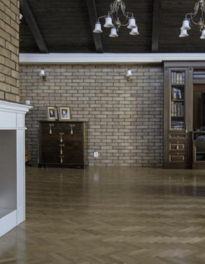 2-12-Format-Design-dom-jednorodzinny-pokój-relaksu-portal-kominkowy-podłoga-drewniana-podłoga-ułożona-w-jodełkę