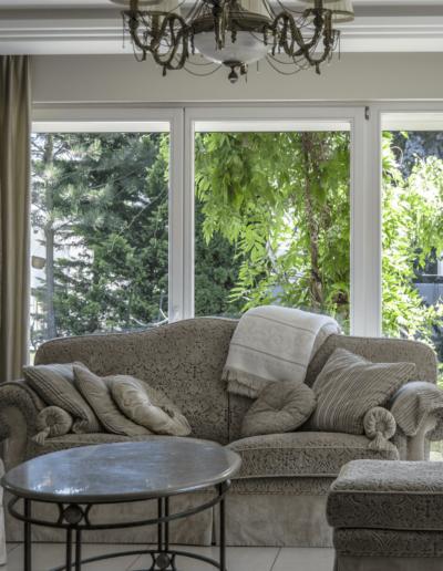 2-2-Format-Design-dom-jednorodzinny-projekt-salonu-dekoracje-okienne-wypoczynek-pufa-ława