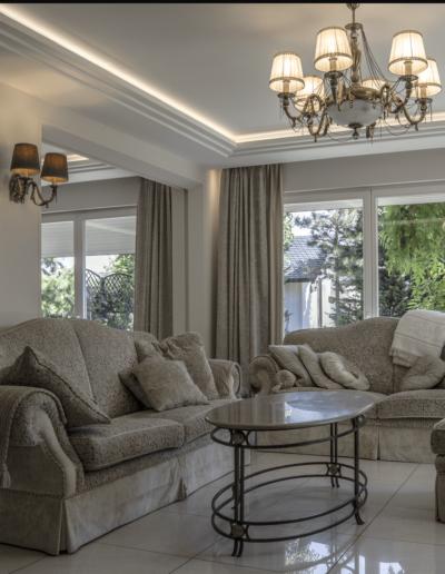 2-3-Format-Design-dom-jednorodzinny-projekt-salonu-wypoczynek-projekt-oświetlenia-stropu-aranżacja-okien