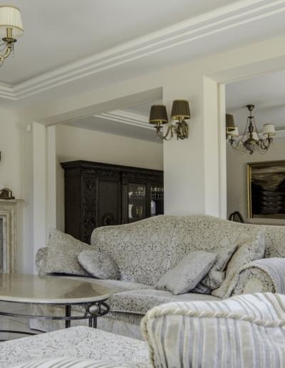 2-4-Format-Design-dom-jednorodzinny-projekt-salonu-wypoczynek-kominek-lustro-lampy-kinkiet