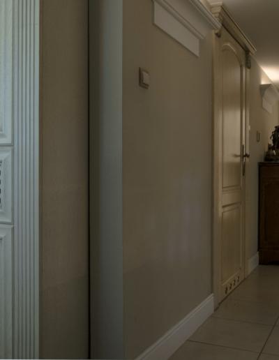 2-8-Format-Design-dom-jednorodzinny-korytarz-podświetlana-wnęka