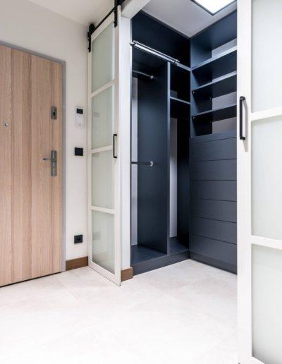 3-1-Format-Design-projekt-apartamentu-w-Poznaniu-hall-garderoba-drzwi-przesuwne