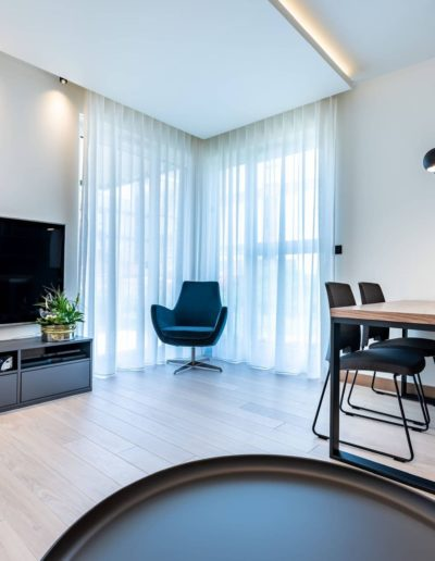 3-10-Format-Design-projekt-apartamentu-salon-aranżacja-okien-fotel