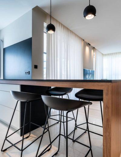 3-13-Format-Design-projekt-apartamentu-kuchnia-hokery-aranżacja-okienna-tablica-magnetyczna