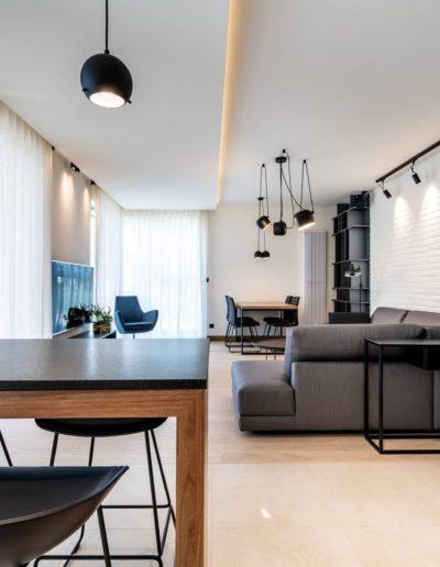 3-14-Format-Design-projekt-apartamentu-salon-lampy-wiszące-hokery-kuchenne-wysoki-blat