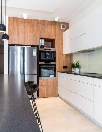 3-15-Format-Design-projekt-apartamentu-kuchnia-blat-kuchenny-lodówka-zlewozmywak