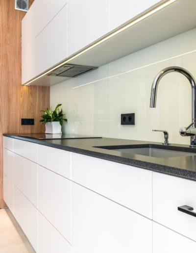 3-16-Format-Design-projekt-apartamentu-kuchnia-blat-kuchenny-lodówka-piekarnik-kawiarka